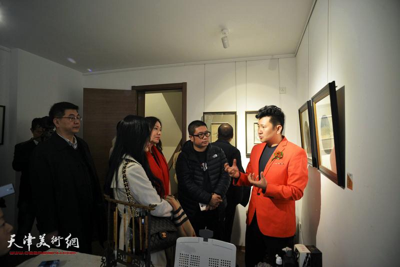 朱懿向来宾介绍范权的书画艺术。
