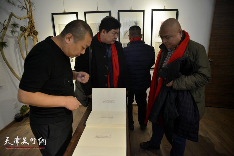 """""""酉山酉水·2017范权迎春书画精品展""""现场。"""