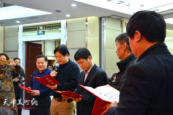 五位新弟子站立师父前宣读拜师帖。