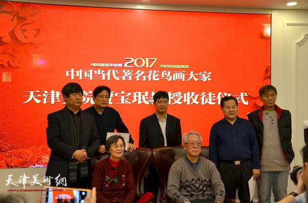 贾宝珉、夏慧敏与五位新弟子在拜师仪式现场。