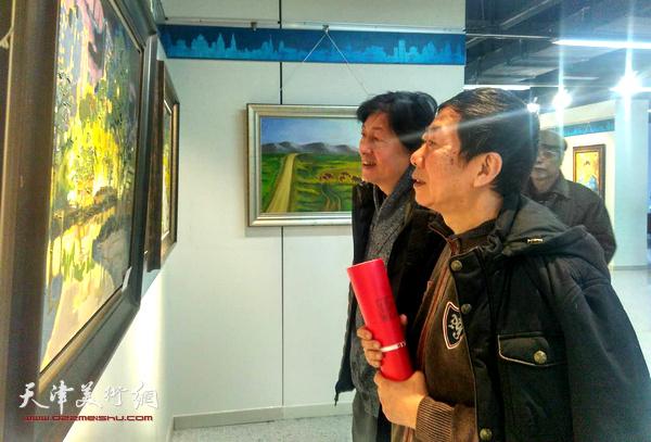 王立新在观赏展出的画作.-2017河西区迎新春油画作品联展在区文化...图片 132575 600x407