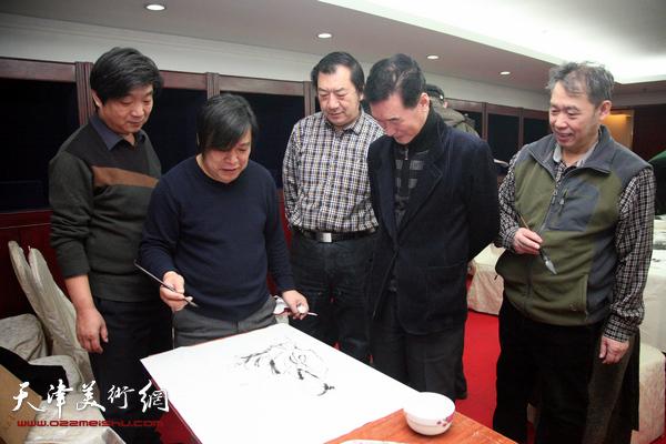 30余位津门书画名家为广大市民写福字、送春联
