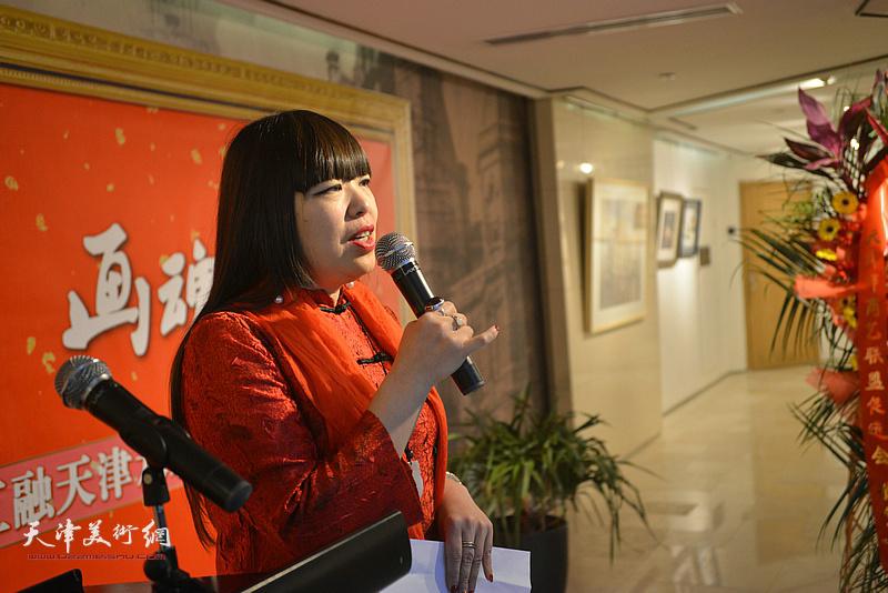 天津意庄美术馆馆长、著名策展人肖冰主持画展开幕仪式。