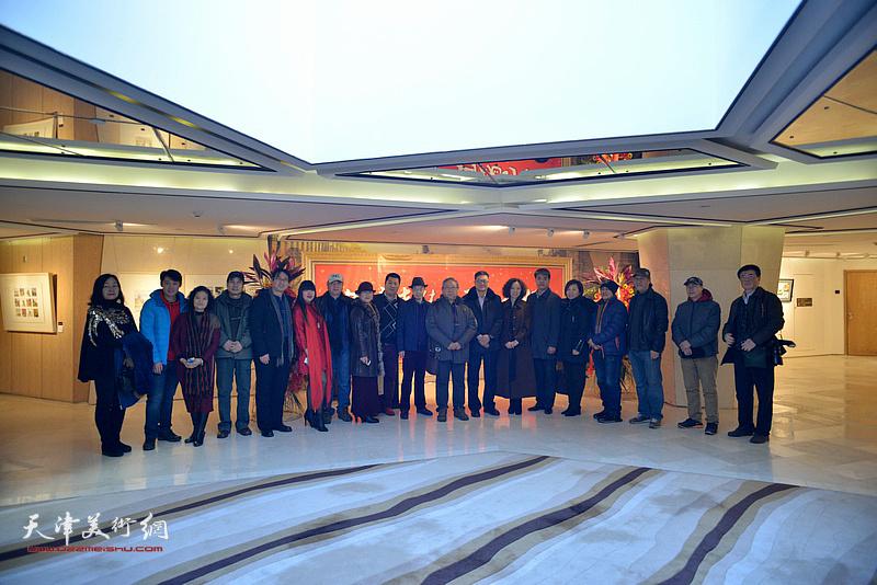 主办方与部分嘉宾、参展作者在天津水彩交流研讨展上。