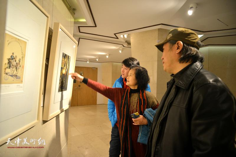 王刚、田同芬、李垚在天津水彩交流研讨展上。
