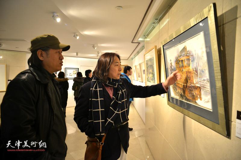 王刚、杨亦谦在天津水彩交流研讨展上。