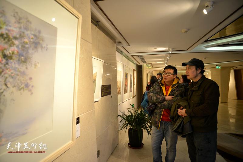 杨俊甫、高晟在天津水彩交流研讨展上。