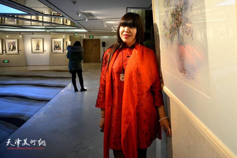 策展人肖冰在天津水彩交流研讨展上。