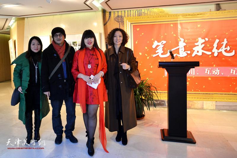 策展人肖冰、陶香莲与戢岩在天津水彩交流研讨展上。