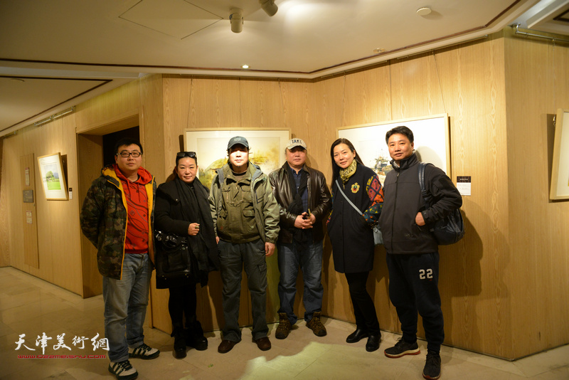 朱志刚、杨俊甫、程晟与阿扎等嘉宾在天津水彩交流研讨展上。