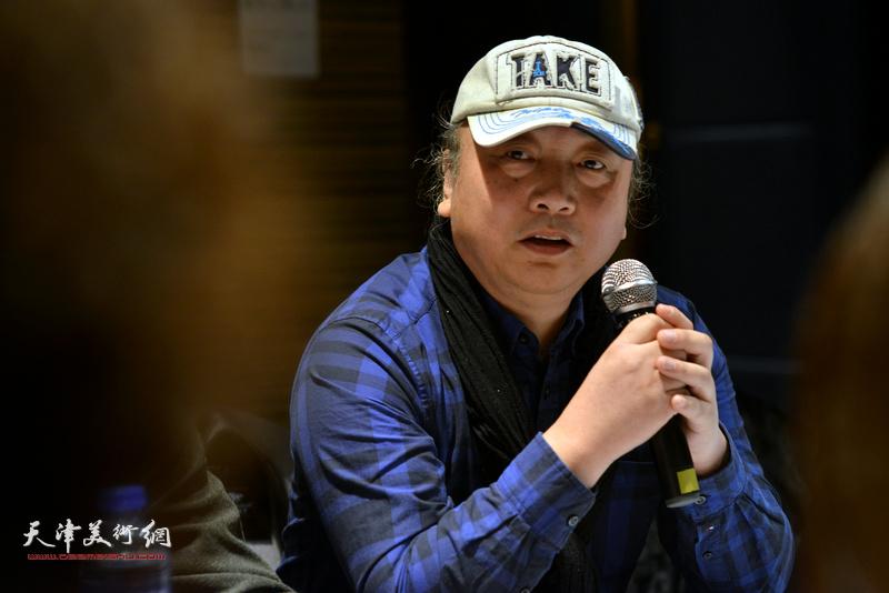 """朱志刚在""""天津水彩交流研讨展研讨会""""上。"""