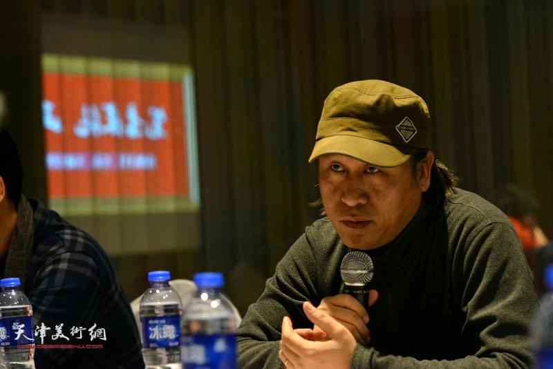 """王刚在""""天津水彩交流研讨展研讨会""""上。"""