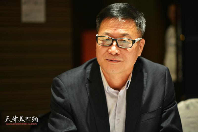 """马振得在""""天津水彩交流研讨展研讨会""""上。"""