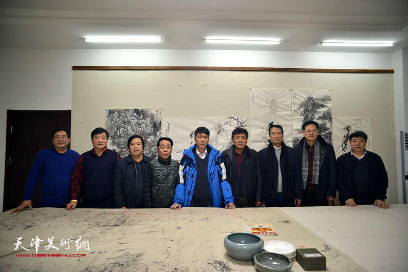 天津美协到金带福路文化中心开展迎新春慰问。