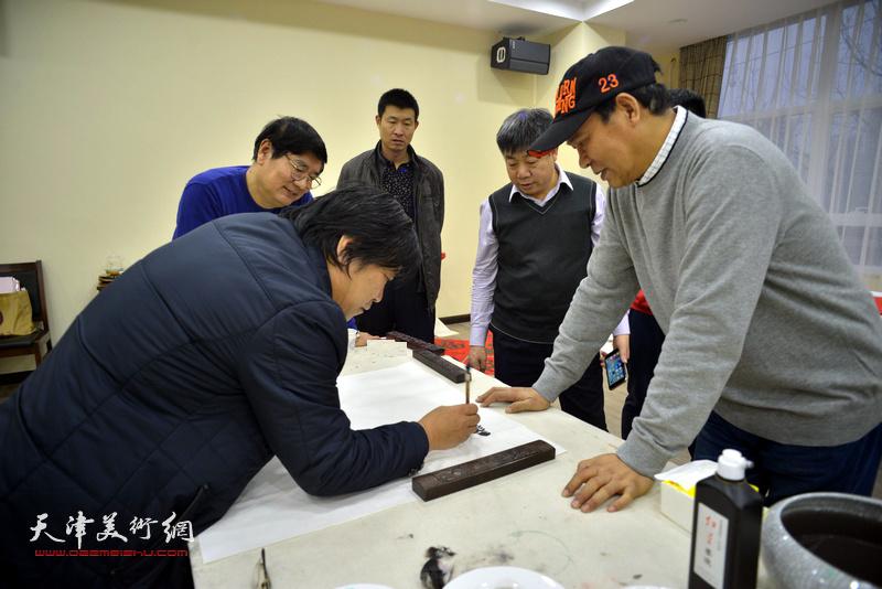 李耀春、马寒松、张佩刚、张养峰、杨书江在金带福路文化中心。