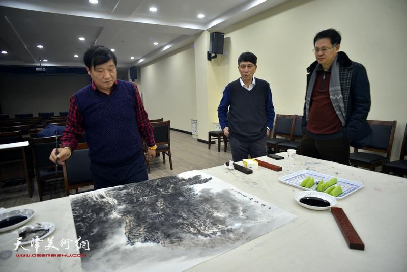 张寿庠、皮志刚、潘津生在金带福路文化中心。