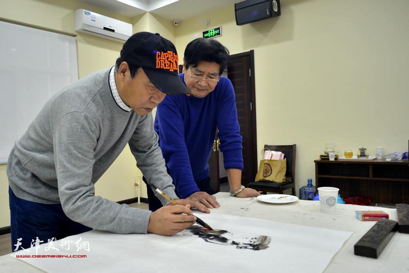 马寒松、张佩刚在金带福路文化中心。