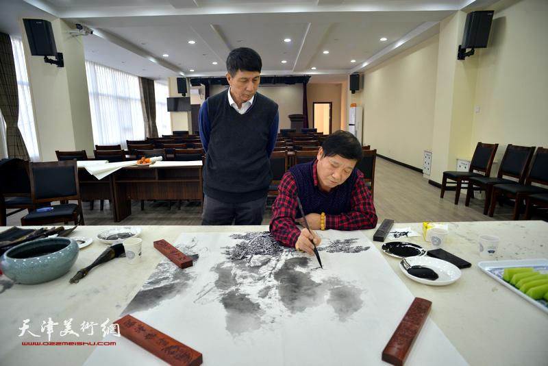 张寿庠、皮志刚在金带福路文化中心。