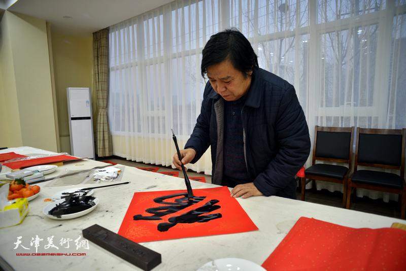 """李耀春在金带福路文化中心写""""福""""字。"""