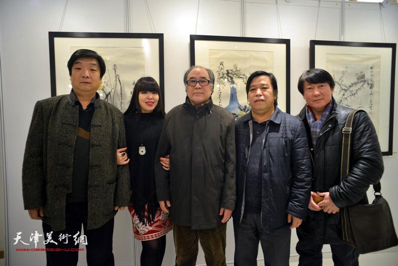 郭书仁、翟洪涛、李耀春、主云龙、肖冰在艺术沙龙展上。