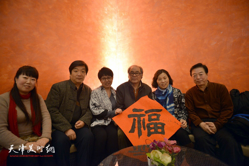 郭书仁、翟洪涛、杨建国、车凤云、刘静华在艺术沙龙展上。
