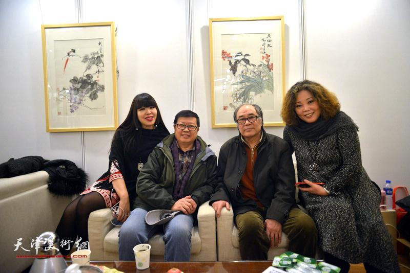 郭书仁、萧珑、赵新立、肖冰在艺术沙龙展上。