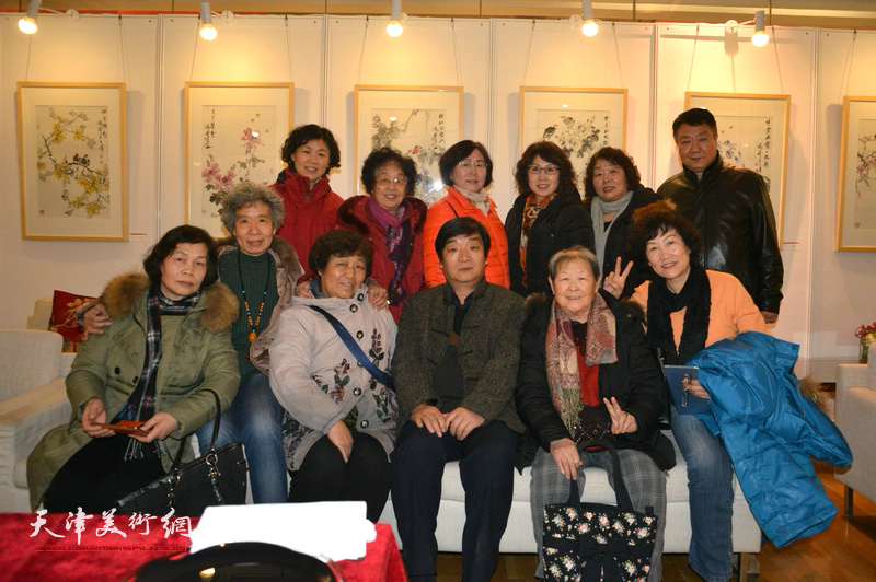 翟洪涛与书画爱好者在艺术沙龙展上。
