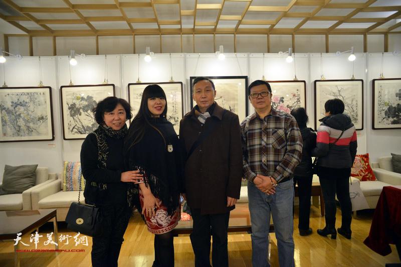 萧珑、葛培林、焦小红、肖冰在艺术沙龙展上。