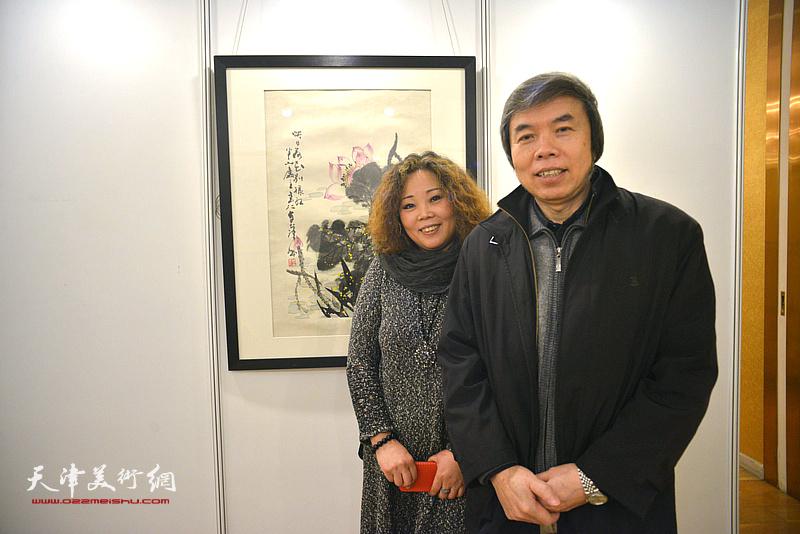 孙敬忠、赵新立在艺术沙龙展上。