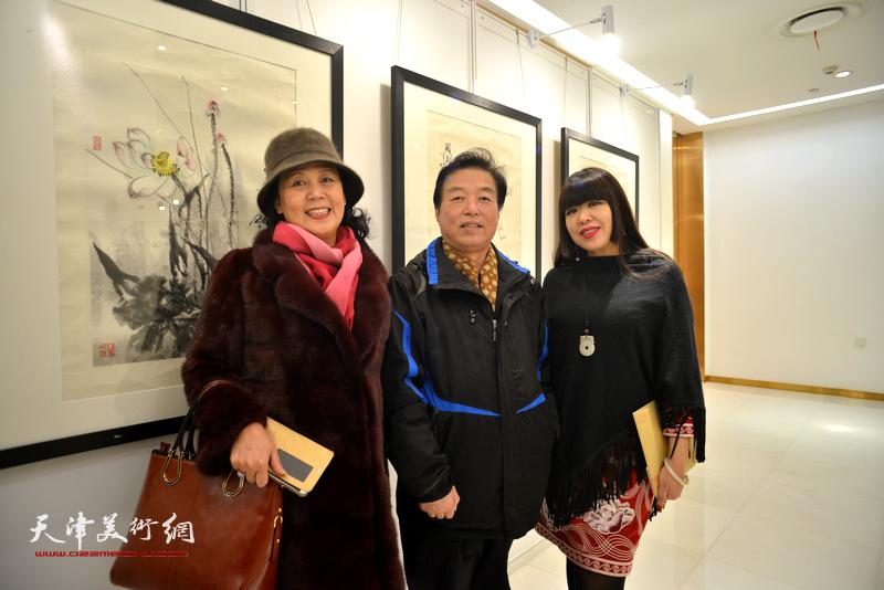 杨建国、焦小红、王红在艺术沙龙展上。