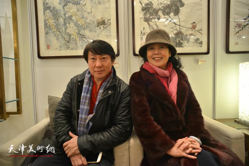 主云龙、王红在艺术沙龙展上。