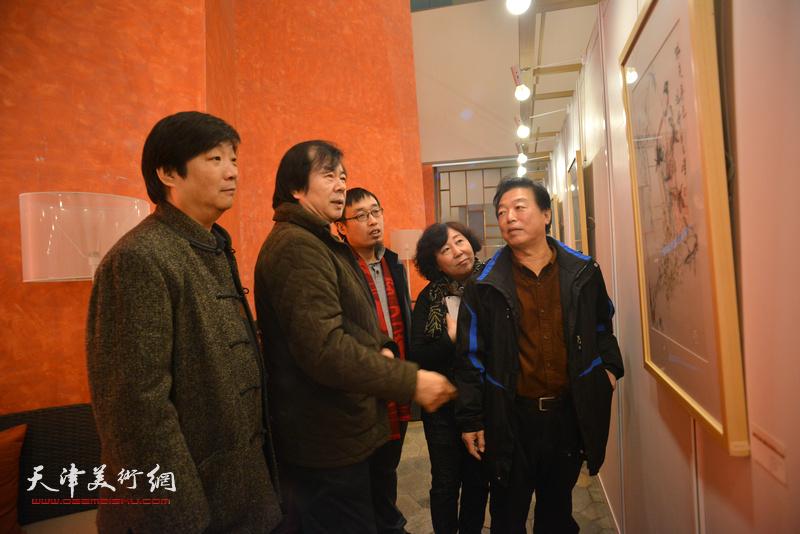 史振岭、翟洪涛、杨建国、焦小红、张枕石在观赏展出的作品。
