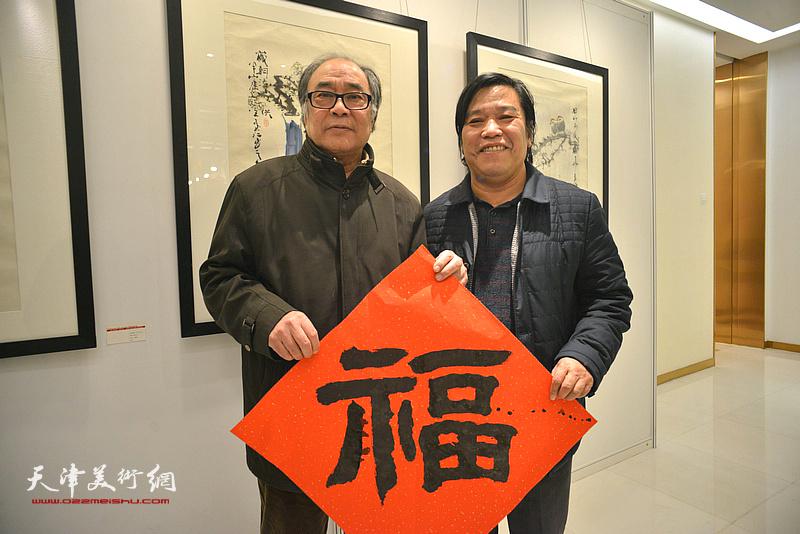 """郭书仁、李耀春在艺术沙龙展现场送""""福""""。"""