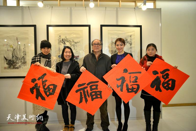 """郭书仁与齐琪、宋亚美等在艺术沙龙展现场向观众送""""福""""。"""