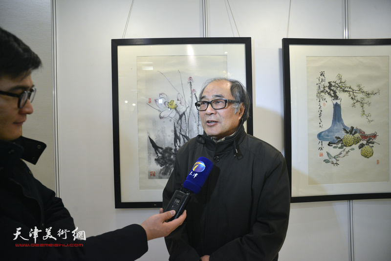 郭书仁在艺术沙龙展现场接受媒体采访。