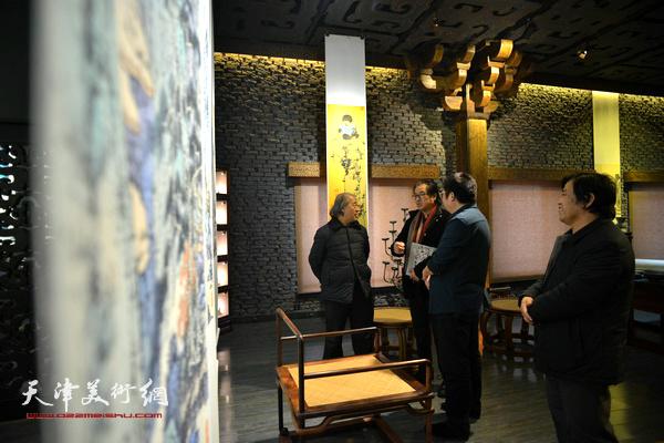 王书平、景玉民、李耀春与李博隽在作品馆内交流。