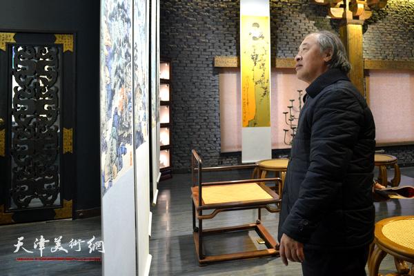 王书平在观赏作品馆内展出的李博隽画作。