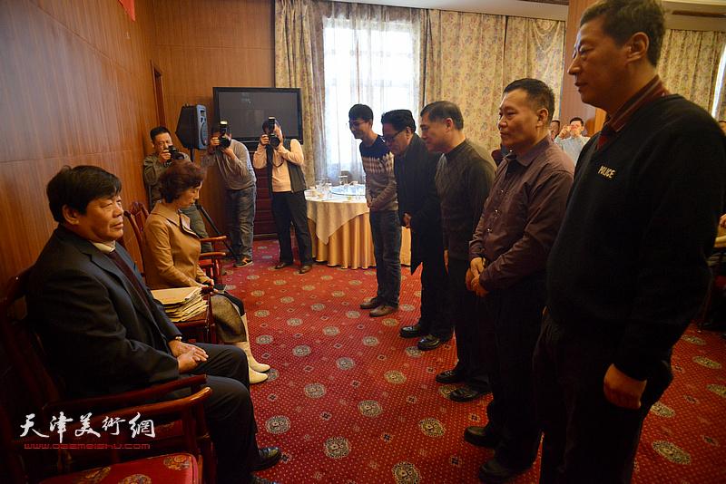 著名画家郭鸿春先生收徒仪式现场,新弟子向师父行礼。