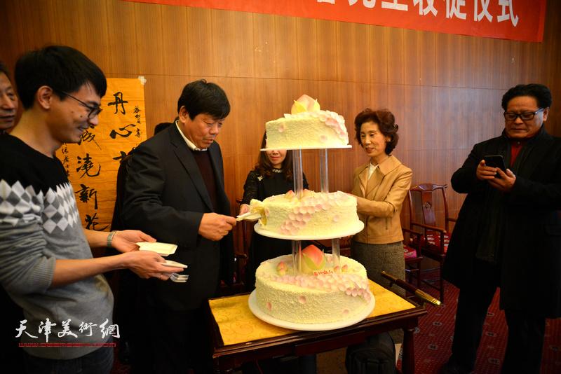 收徒当日恰逢郭鸿春先生66岁生日,会场送来生日蛋糕。