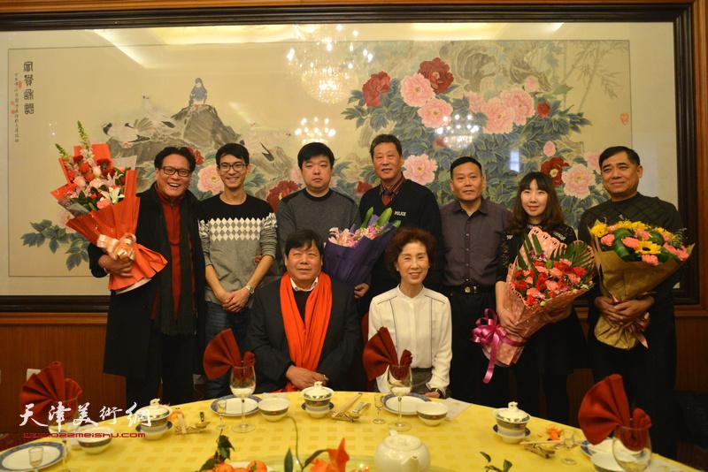 师父郭鸿春与夫人和弟子们在收徒现场。