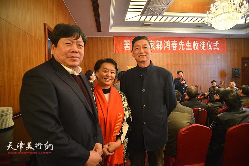 郭鸿春与冼艳萍、于德明在收徒现场。