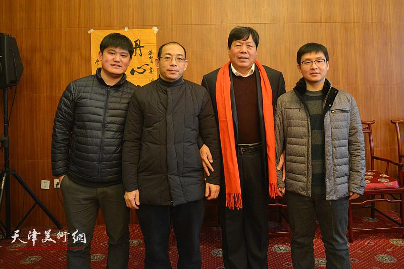 郭鸿春与姜志峰、白光、孙文龙在收徒现场。