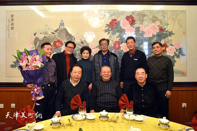 李颖逊、赵寅、陈宁与来宾在收徒现场。