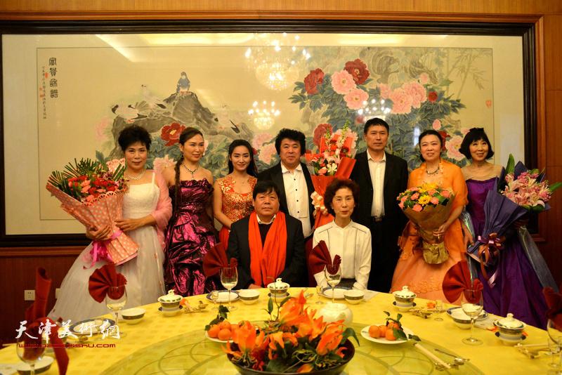 郭鸿春与夫人和中国梦演出团队成员在收徒现场。