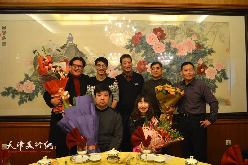 郭鸿春的六位新弟子与张伯君在收徒现场。