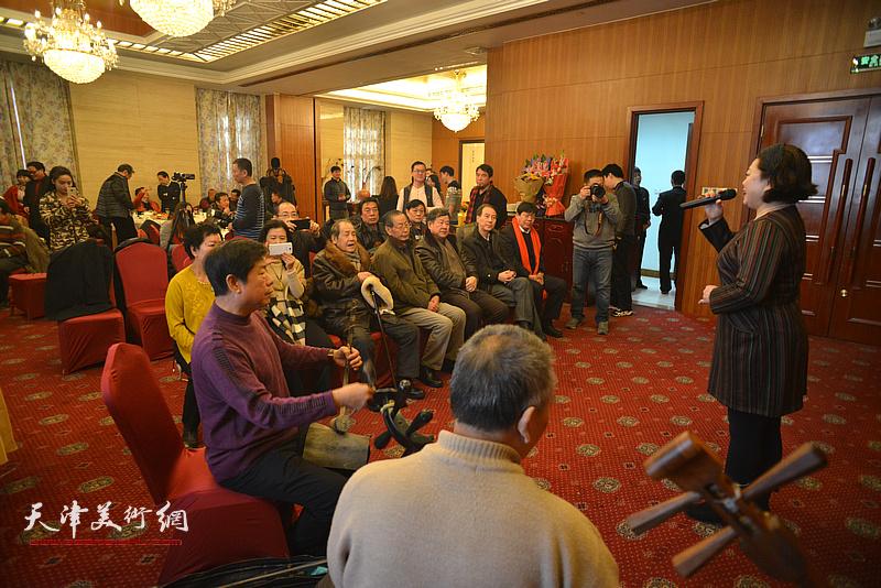著名画家郭鸿春先生收徒仪式现场,图为现场演出。
