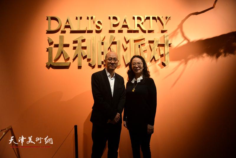 天津美术馆馆长马驰、副馆长卢永琇在画展现场。