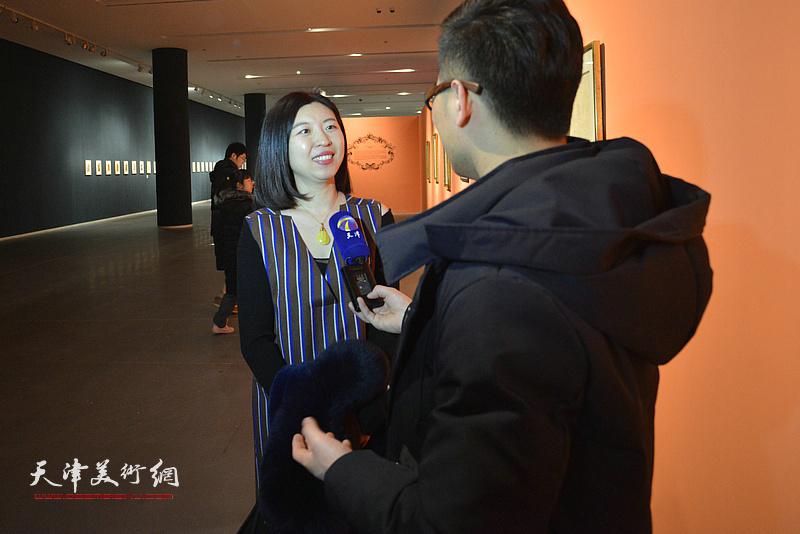 祁慧接受媒体采访,谈观看展览的感受。