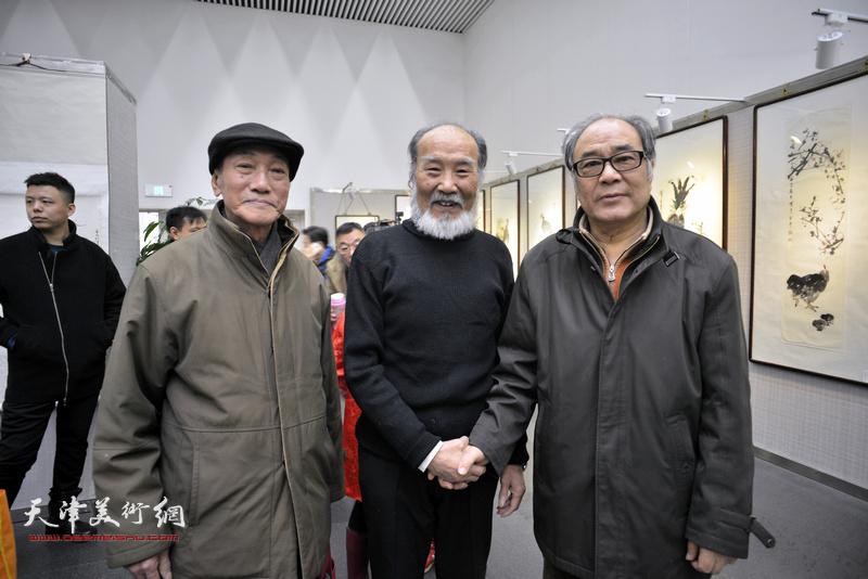 谢梦、郭书仁、刘正明在画展现场。