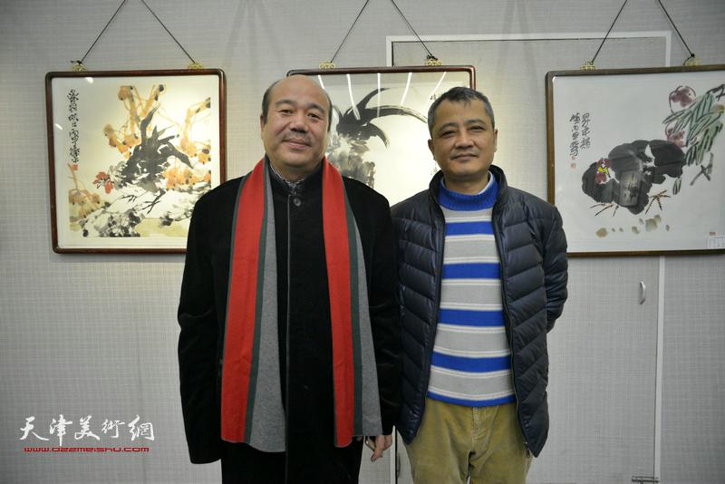 孟庆占、王勇庆在画展现场。